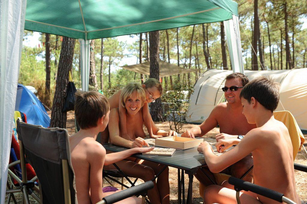 Camping naturiste : où se rendre cet été ?